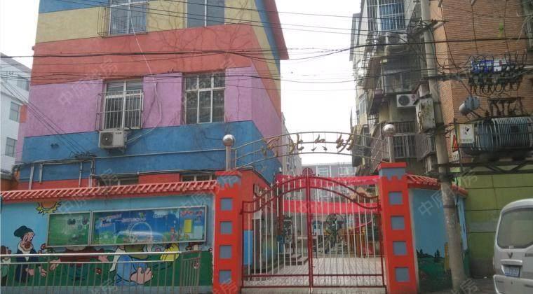 天津市河北区第六幼儿园始建于1975年,座落于中山路月纬路与二马路的黄金地段,是一所具有三十余年建园史的国办园。我园现有7个教学班,教职员工30余人,200余名幼儿。一线教师均为大专以上学历,其中本科毕业人数占教师总数的53%。本着让孩子在幼儿园开心、让家长对幼儿园放心的原则,教师们勤勉敬业,充分尊重幼儿的人格和权利,以幼儿发展为本,以绵长的爱心、精湛的业务和精良的服务赢得了家长们的良好